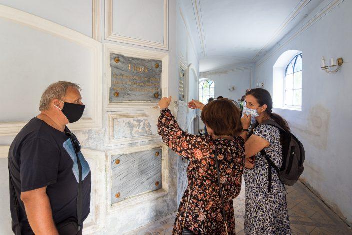 Návštěvníci v hrobce MEE, Foto: Jakub Šnajdr